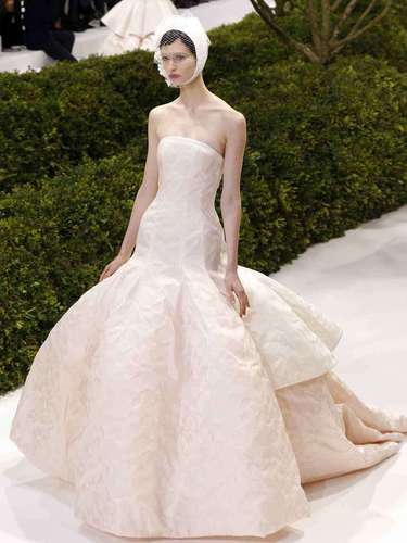 Dior: Uno de los desfiles más esperadosfue elde Raf Simons para Dior. Consagrado ya al frente de la mítica marca, su segunda colección de alta costura se inspiraba en la propia idea de la primavera y sedujo a la prensa especializada.