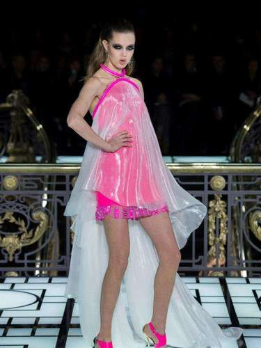 Atelier Versace: Una de las colecciones más discutidas y que plantean qué es realmente la alta Costura ha sido la ideada por Donatella Versace. Colores flúor, plástico, raya diplomática, cuero. Un estilo sólo aptopara fanáticos de la marca.