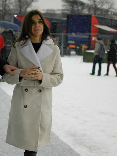 Carine Roitfeld, ex editora en jefe de Vogue París, vestía chaqueta y botas para soportar el frío.