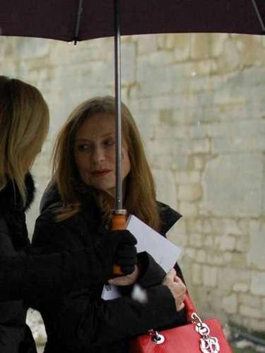 La actriz francesa Isabelle Huppert se enfrentó al frío para ver las nuevas colecciones.