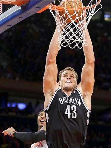 Nets vs. Knicks: Kris Humphries (43) clava el balón ante la marca de Carmelo Anthony (7).