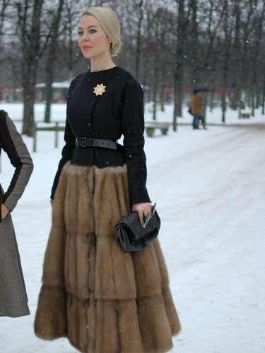 Para hacer frente a las bajas temperaturas de la semana de la alta costura en París, muchos invitados optaron por ropa y accesorios de piel, tanto imitaciones como verdaderas para asistir a los desfiles del lunes (21). La piel apareció en diferentes estilos y piezas: desde abrigos enteros hasta sólo detalles en los puños y cuellos, de estolas a sombreros, y del color más tradicional a la piel colorida en azul. La diseñadora rusa, Ulyana Sergeenko (en la foto), por ejemplo, llevaba un vestido con falda de piel para ver el desfile de Dior.