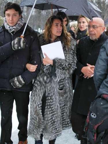 La presentadora de televisión francesa, Mademoiselle Agnès, llevaba un abrigo de piel largo.