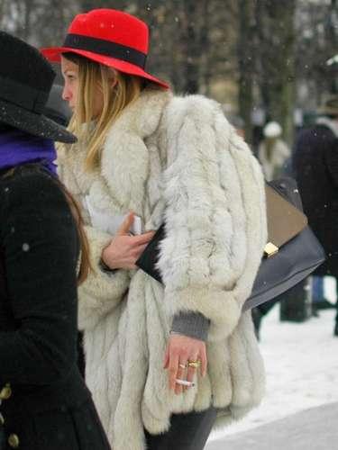 Corto y voluminoso, el abrigo rejuvenece gracias al sombrero de un rojo muy vivo.