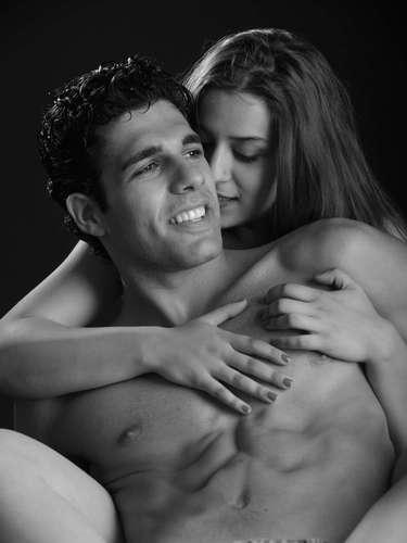 Cumple los deseos sexuales de tu pareja. Aunque nunca lo hayas probado y te parezca un poco descabellado, puedes intentar al menos dar rienda suelta a eso que tanto te ha pedido tu pareja que hagan, deja a un lado la vergüenza y los prejuicios y si estás de acuerdo comienza a disfrutarlo.