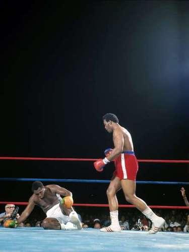 Precisamente, producto de estos reiterados mazazos George Foreman tumbó a Joe Frazier ¡seis veces! en el combate.