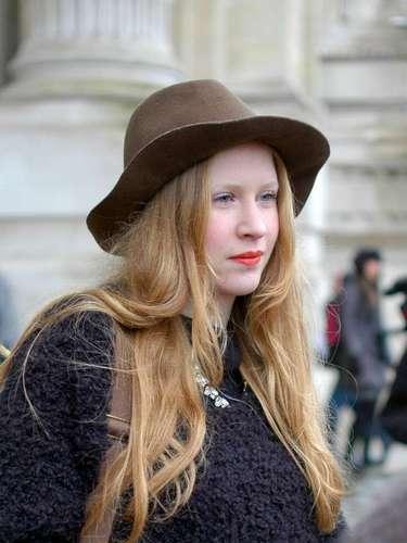 Menos rígido, el sombrero en fieltro marrón ayuda a componer un look bohemio.