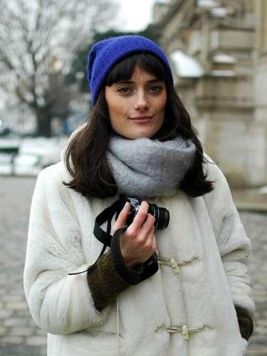 Para protegerse del frío, un gorro también vale. En azul Klein, resalta el abrigo blanco.