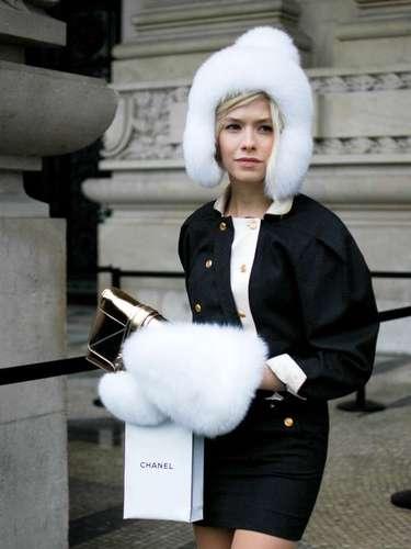El look totalmente Chanel también incluyó sombrero de piel.