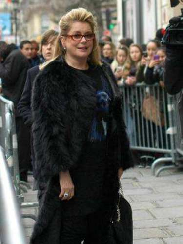 La actriz francesa Catherine Deneuve fue una de las celebridades presentes la semana de moda de París