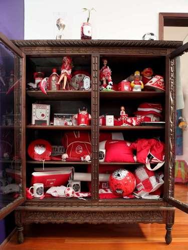 En la casa de Daniel Samper está claro que vive un hincha de Santa Fe. En este armario, el escritor y director de SoHo colecciona objetos del equipo que le regalan.