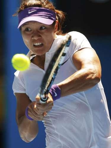 Li Na hits a return to Sharapova. REUTERS/Damir Sagolj