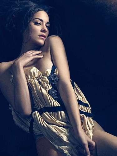 Las actrices francesas son conocidas por su sensualidad e intensidad a la hora de interpretar un papel en la pantalla grande. Aquí te presentamos algunas de las más memorables, tanto por su belleza como por su calidad actoral. Marion Cotillard: sin duda una de las francesas del cine más reconocida actualmente por haber ganado el Oscar a Mejor Actriz en 2007 por su interpretación de Edith Piaf en la película 'La vida en rosa'. Recientemente estuvo en 'El caballero de la noche asciende' y próximamente saldrá en 'Rust and Bone'.