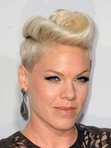 La cantante Pink sabe como lucir un look roquero y femenino a la vez. La estrella ha tenido su pelo corto por varios años y en cada aparición juega con su pelo corto para lucirse como nunca.