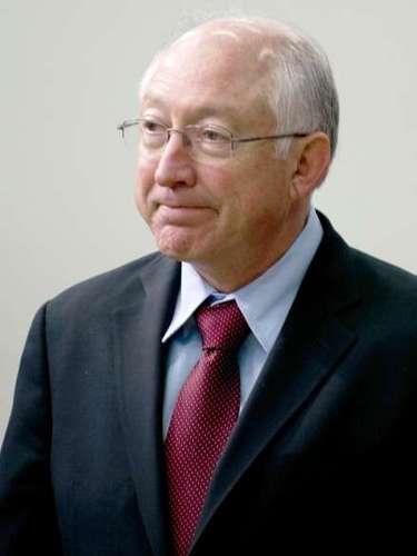 En tanto Ken Salazar (foto), Secretario del Interior, también de origen latino, dejará el Gobierno en marzo. Por su parte, el premio Nobel de Física y secretario de Energía, Steven Chu, no ha presentado su renuncia, pero el escándalo Solyndra, sobre el que los republicanos han presionado con vehemencia, podría dejar su puesto vacante.