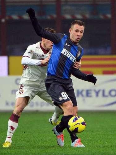 Antonio Cassano empezó a sentir la dura marca de los zagueros rivales.