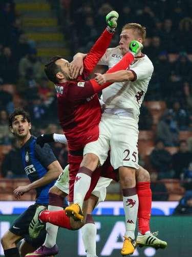 Fiel estampa del encuentro, el portero de Inter, Samir Handanovic, pelea por aire el esférico ante Kamil Glik.