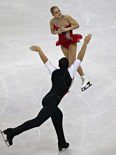 Alexa Scimeca and Christopher Knierim compete during the pairs free skate at the U.S. Figure Skating Championships in Omaha, Nebraska, January 26, 2013.  REUTERS/Jim Young  (UNITED STATES - Tags: SPORT FIGURE SKATING)