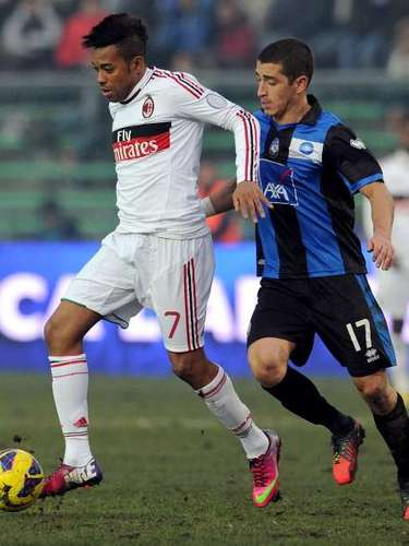 Robinho intenta escaparse.