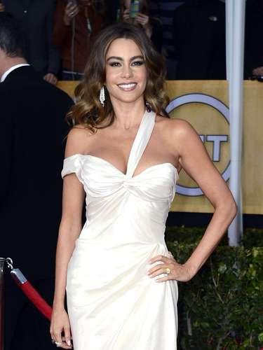 Y Sofía Vergara no se queda atrás, con ese cuerpazo de fantasía que deslumbra sobre ese traje blanco, el cual destaca muy bien todos sus atributos, además deun rostro fresco que hace de ella un conjunto espectacular.