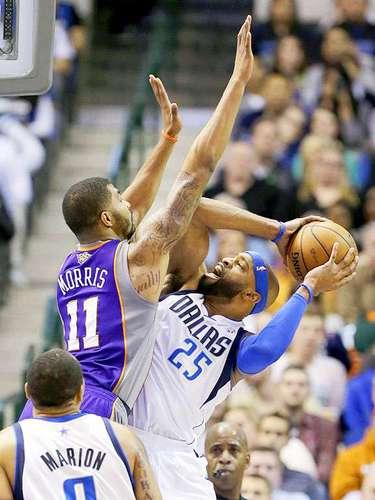 Suns vs. Mavericks: Markieff Morris (11) intenta bloquear el tiro deVince Carter (25).