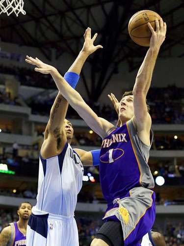 Suns vs. Mavericks: Shawn Marion (0) intenta bloquear el disparo de Goran Dragic (1).