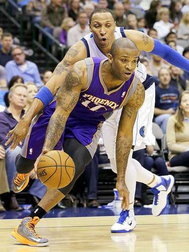Suns vs. Mavericks:  P.J. Tucker (17) escapa de la marca de Shawn Marion.