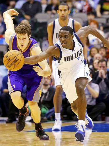 Suns vs. Mavericks: Darren Collison (4) roba el balón a Goran Dragic.
