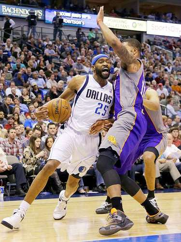 Suns vs. Mavericks: Vince Carter (25) intenta superar la marca de Markieff Morris.