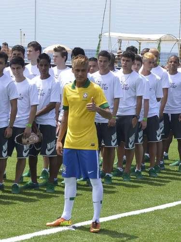 Neymar entró en el césped al lado de diversos jóvenes con su máscara, como si fueran socios del crack santista.