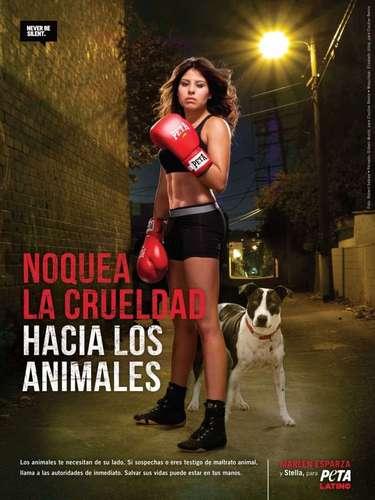 La boxeadora se une a la lucha de PETA en contra del maltrato anilal. La pugilista posa al lado de su perrira Stella e incita a detener la crueladad contra los animales