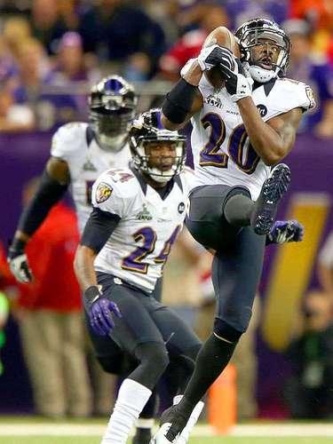 Jugando casi a la perfección en su debut en el Super Bowl, el quarterback Joe Flacco ha lanzado tres pases de touchdown para guiar a los Cuervos de Baltimore tomar una ventaja de 21-3 sobre 49ers de San Francisco, que han cometido muchos errores en el segundo cuarto del Super Bowl XVLII.