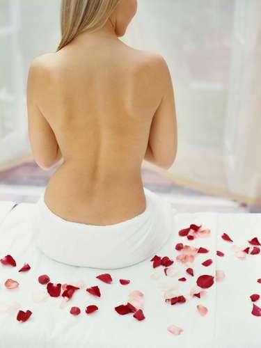 Espalda: Generalmente el cuerpo suele verse afectado por pitiriasis, lesiones escamosas que atacan a la piel en zonas donde es más grasosa, como el tórax y la espalda. Aparecen como manchas blancas, que normalmente son ignoradas por las personas, lo que puede provocar que el problema se incremente. Cuando el daño no es muy extenso, se receta un tratamiento local con antimicóticos a base de shampoos especiales. Las piscinas suelen ser las fuentes de contaminación más común, no así el agua del mar.