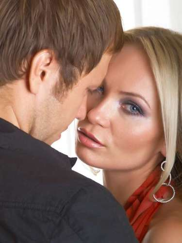 2. Anhela intimidad. Mucho más que los hombres, las mujeres se sienten valoradas y conectadas a sus relaciones a través de una interacción más emocional que sexual, como caricias, besos, abrazos, regalos, comunicación, etc. Las mujeres que no están satisfaciendo sus necesidades de intimidad por parte de su pareja pueden buscar hacerlo en otra parte a través de una relación sexual o romántica.