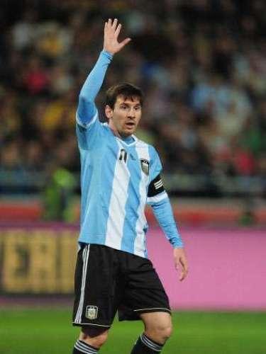 En un instante del partido que Messi disputó con su selección contra Suecia, un aficionado vestido con la camiseta del Barcelona saltó al campo para demostrarle su admiración.