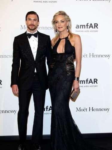 Sharon Stone parece haber rejuvenecido desde que sale con el guapísimo modelo argentino Martín Mica, 26 años más joven que ella.