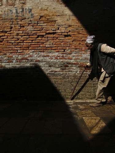 Un hombre camina por las calles de Khokana en Lalitpur, Nepal