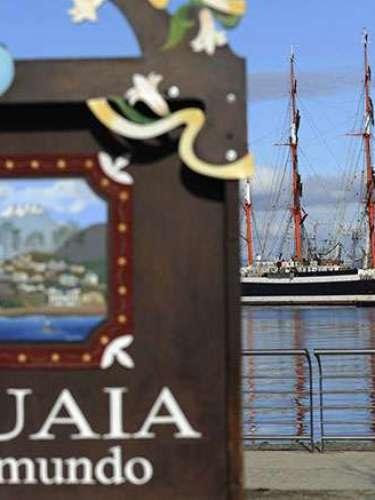 3. Ushuaia, la ciudad más austral del mundo. Es una urbe argentina, la cual es la capital de la conocida Provincia de Tierra del Fuego, Antártida e Islas del Atlántico Sur. Es la única urbe de dicho país que se encuentra del otro lado de los Andes y también, la única que posee aguas del Pacífico.