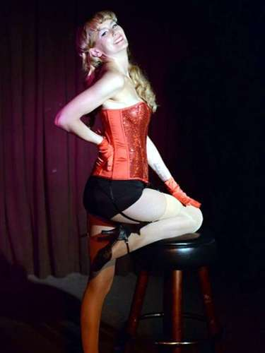 La rubia de 38 años de edad, mostró sus atributoscon una serie de trajes extravagantes y poses sexy, que le valieron varios chiflidos y aplausos.