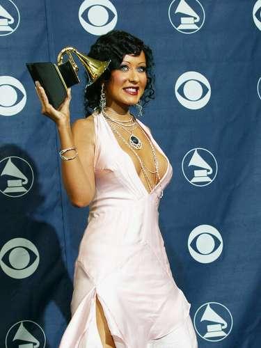 Christina Aguilera también está en la lista por el escote que decidió llevar a la ceremonia que la ha premiado en múltiples ocasiones.