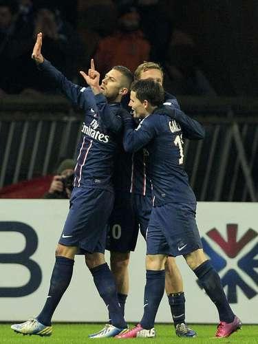 Paris Saint-Germain's Jeremy Menez (L) celebrates with team mates after scoring against Bastia.