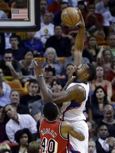 DeAndre Jordan (6) de los Clippers de Los Ángeles dispara al arco ante la defensa de Udonis Haslem (40)