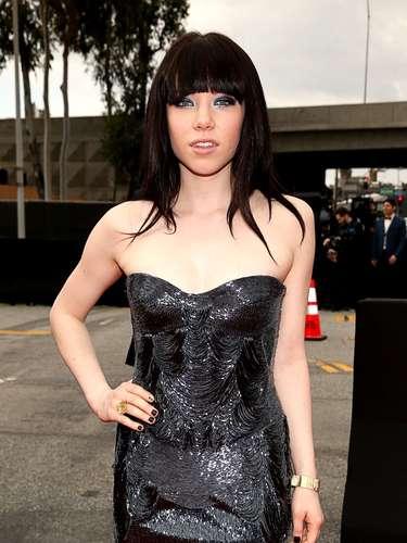 El fenómeno musical canadiense Carly Rae Jepsen sacó a pasear su belleza angelical. La joven estrella escogió un vestido abierto para darle un toque atrevido a su atuendo en la alfombra roja de los Grammy Awards 2013, realizados en Stapless Center de Los Ángeles, el 10 de febrero.