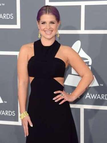 La presentadora Kelly Osbourne optó por mezclar un poco de sensualidad, utilizando un vestido negro descubierto en los hombros sobre la alfombra roja de los Grammy Awards 2013, realizados en el Staples Center de Los Ángeles, el 10 de febrero.