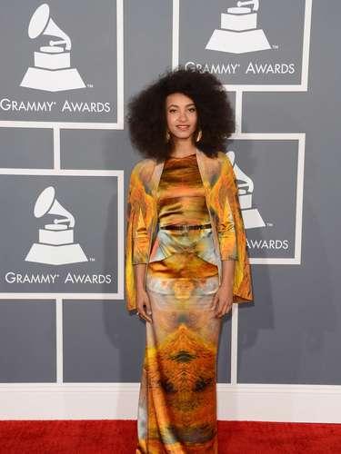 La jazzista y cantante Esperanza Spalding se fue 'viva' a la gala. Hay opiniones encontradas: a algunos les encantó este modelito, pero otros lo odiaron y catalogaron de mal gusto. ¿Qué opinas tú?