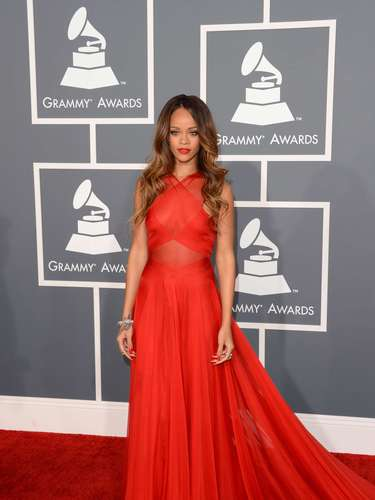 Rihanna: ¡Hermooooooosa! La cantante originaria de Barbados aseguró que apenas vio este vestido se enamoró de él. Una excelente elección para la noche donde las chicas 'no' podían mostrar escotes.