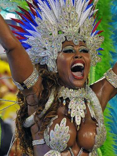 In the 'blocos', the people dance and sing behind a truck with musicians who are accompanied by a marching band of percussionists, similar to the samba schools.