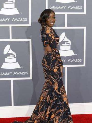 La cantante de R&B Estelle lucía hermosísima. Un vestido acorde con la ocasión, algo atrevido pero nada vulgar. El estampado era espectacular.