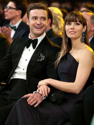 Justin Timberlake aprovechó para acariciar la pierna de su esposa Jessica Biel en la ceremonia.