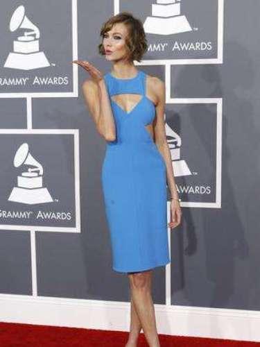 La presentadora de televisión Karlie Kloss no tuvo contendiente de color en este red carpet. Alguno le dijo 'si eso es azul... cómo será azulado'.
